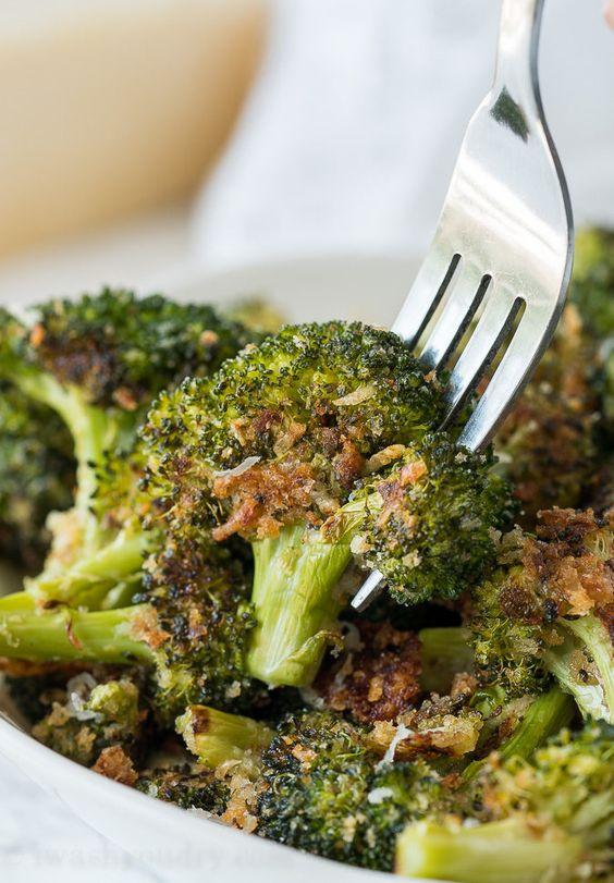 Recept na křupavou zapečenou brokolici s parmazánem.