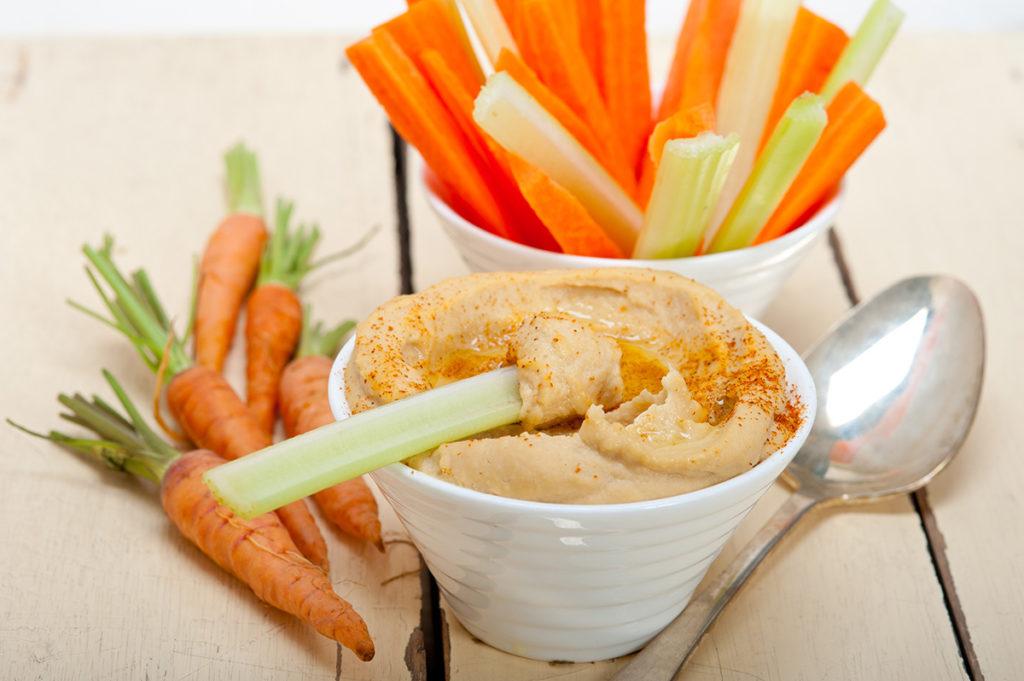 celerová pomazánka nebo hummus