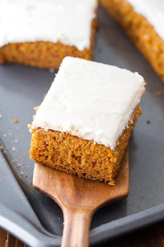 Recept na dýňový koláč s krémovou polevou.