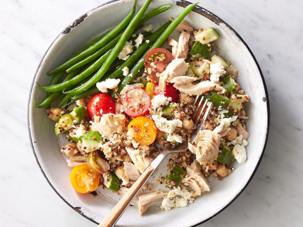 recept s quinoou na saát s tunákem