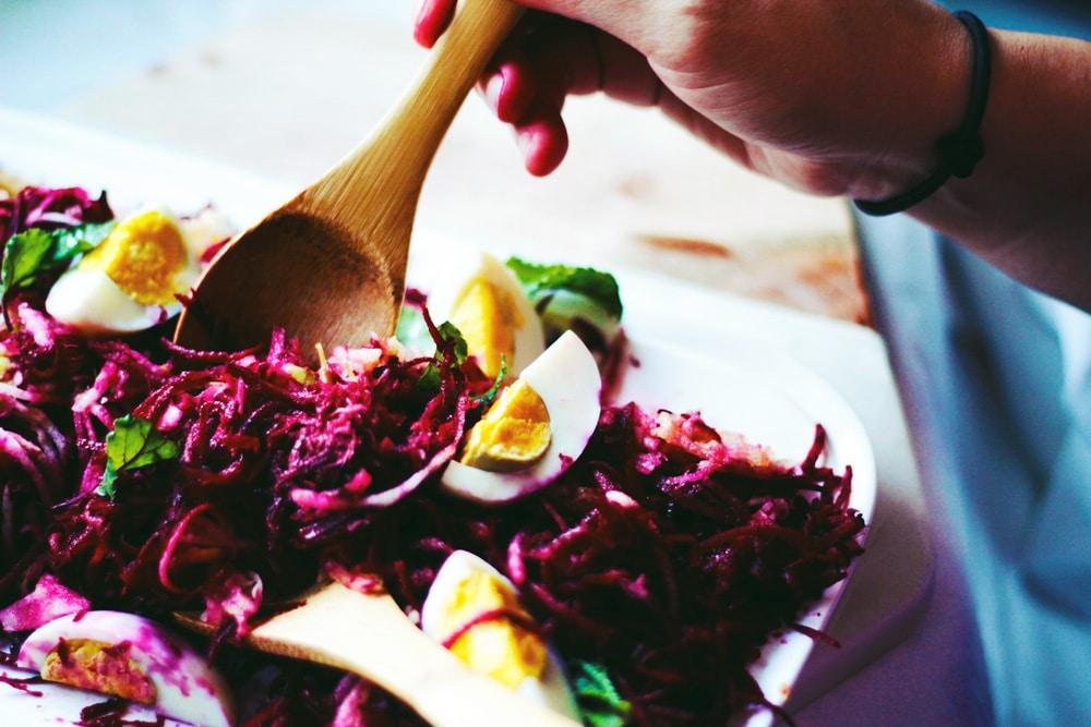 salát z červené řepy v raw podobě