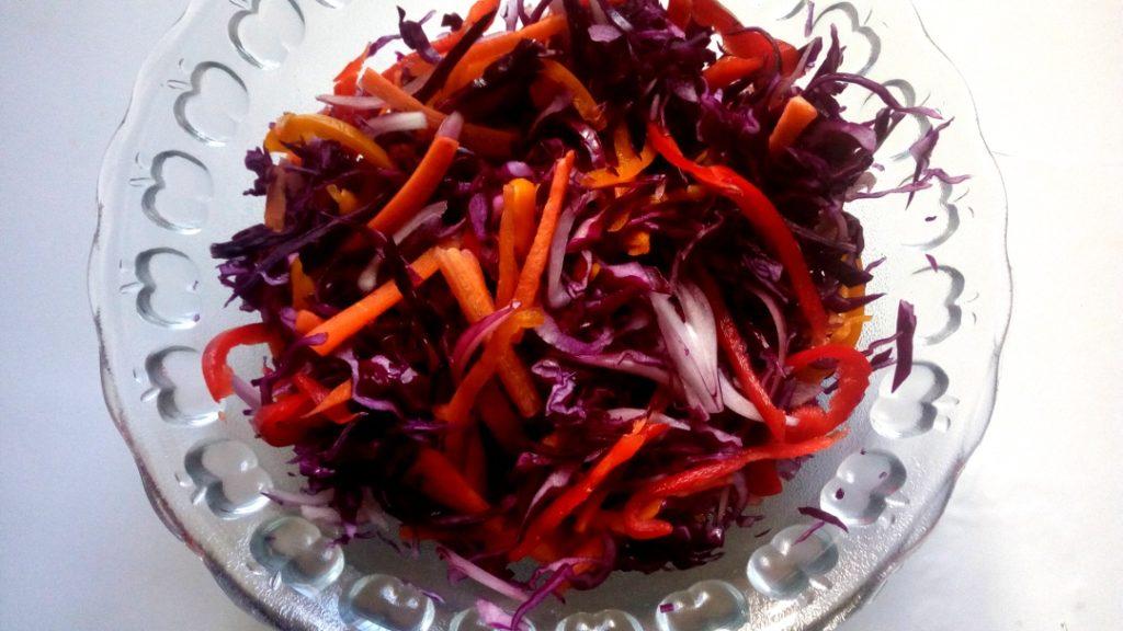 salát s řepou, zelím a paprikou