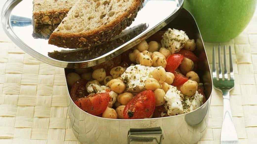 cizrnový salát se sýrem a rajčaty
