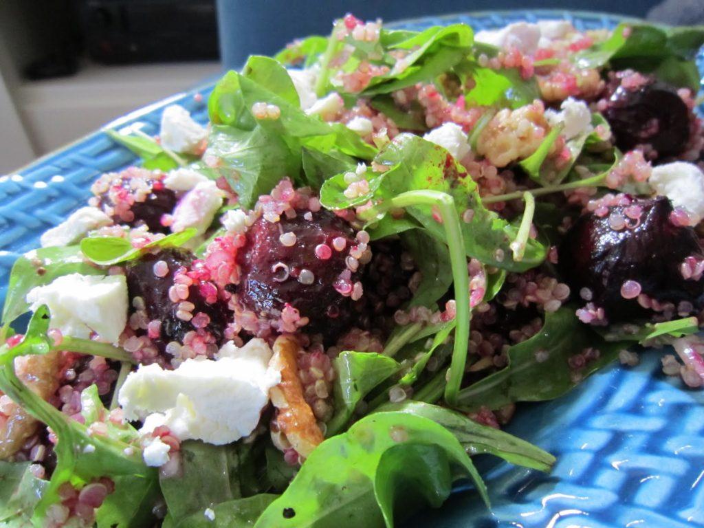 salát z quinoy s červenou řepou