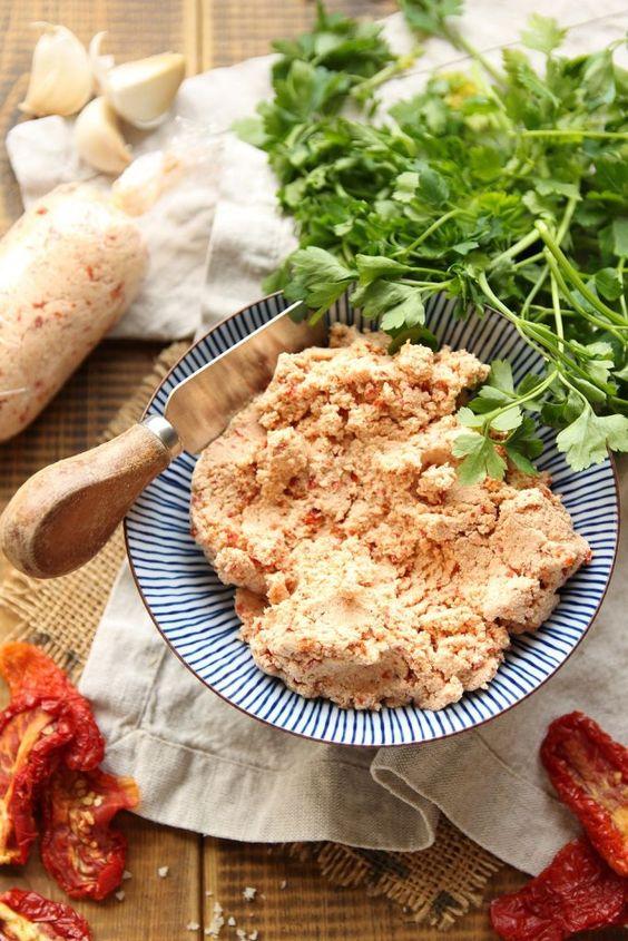 Recept na tofu pomazánku se sušenými rajčaty.