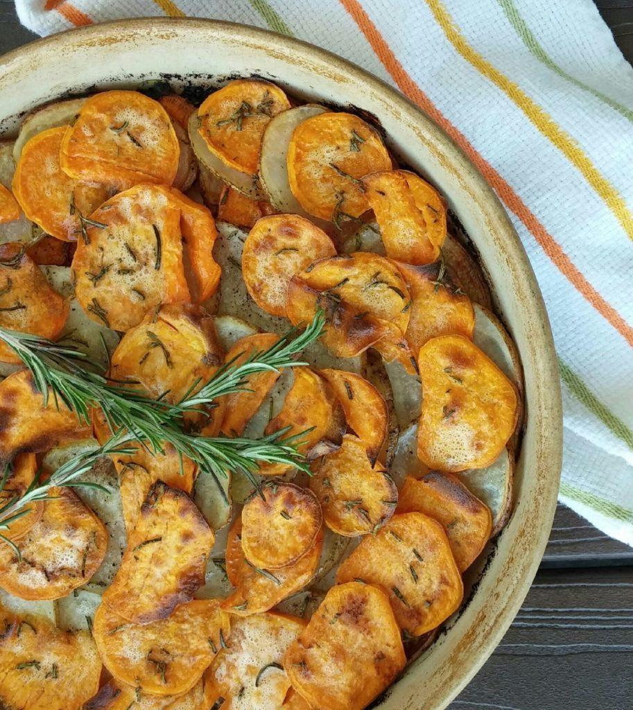 kulatý koláč s bramborami, kmínem a snítkou rozmarýnu