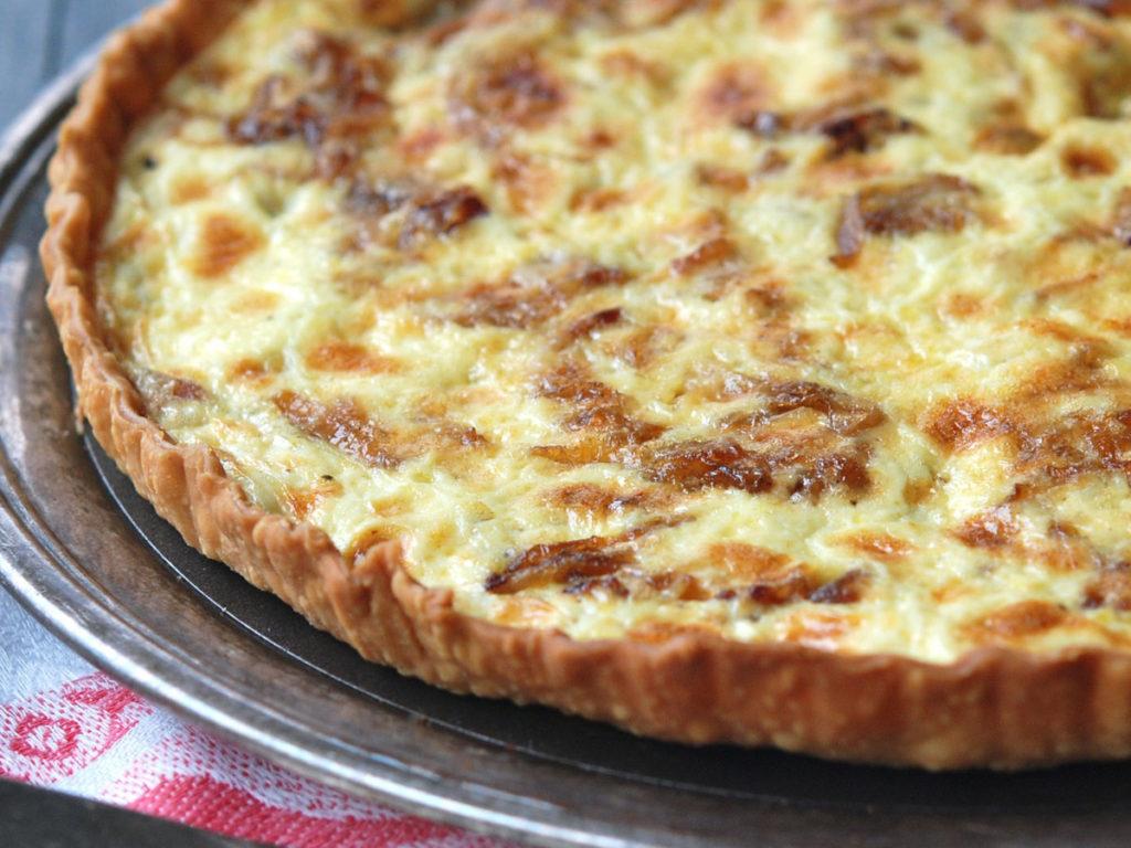 kulatý pečený koláč s cibulí a se sýrem