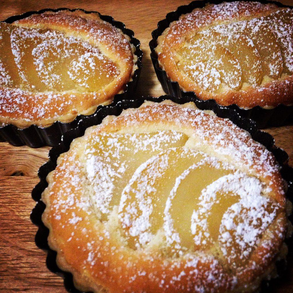 malé koláče pečené s hruškami a posypané moučkovým cukrem