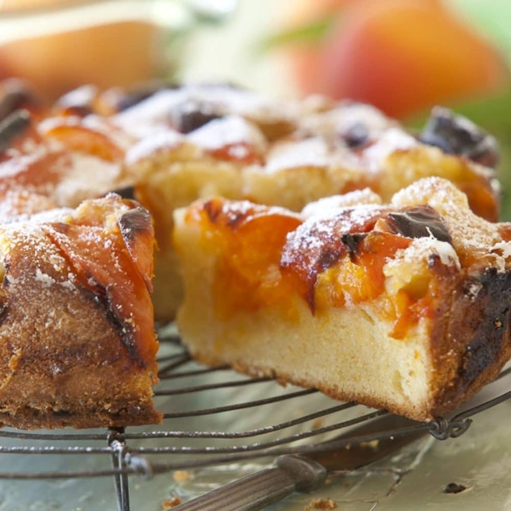 kynutý koláč s meruňkami posypaný moučkovým cukrem