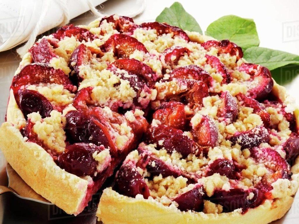 kynutý koláč pečený se švestkami a posypaný drobenkou