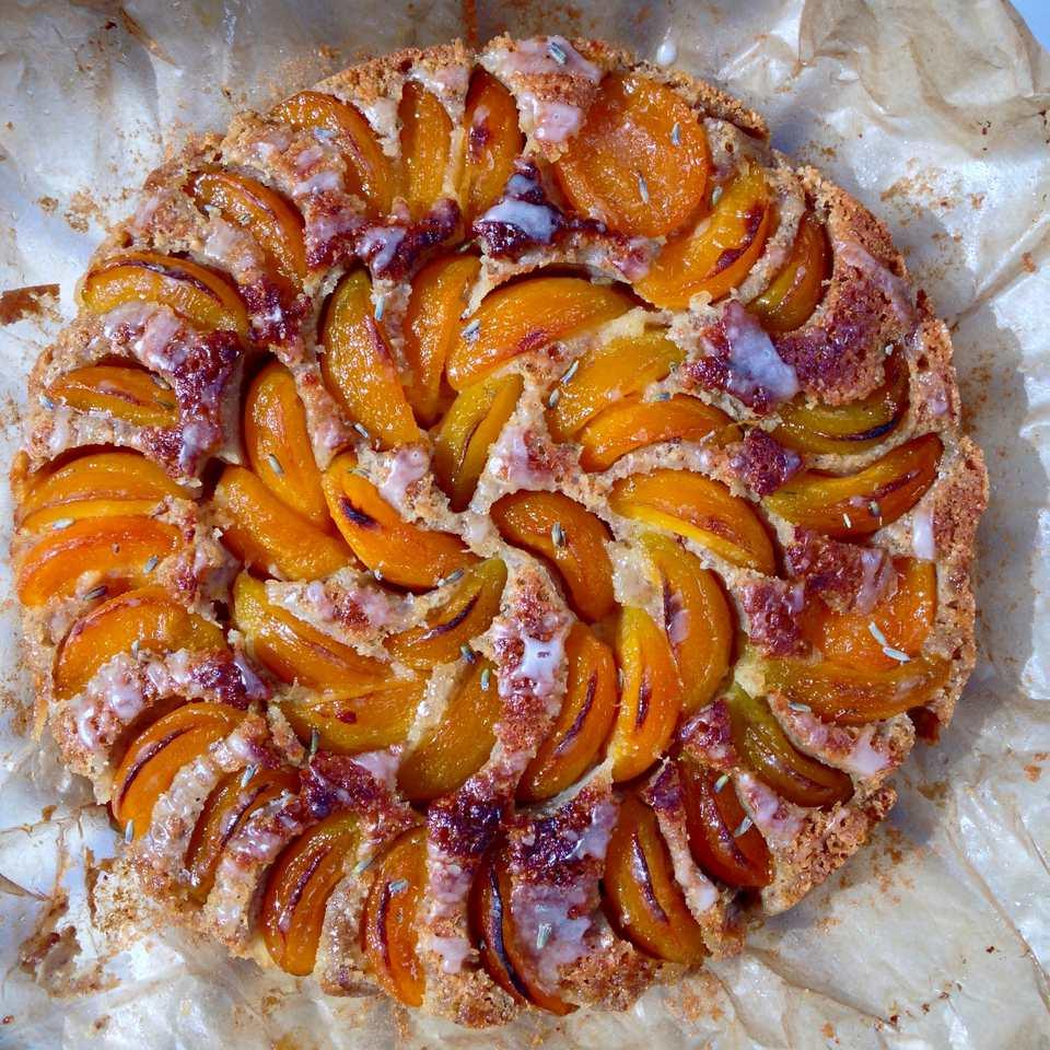 kulatý pečený koláč s meruňkami