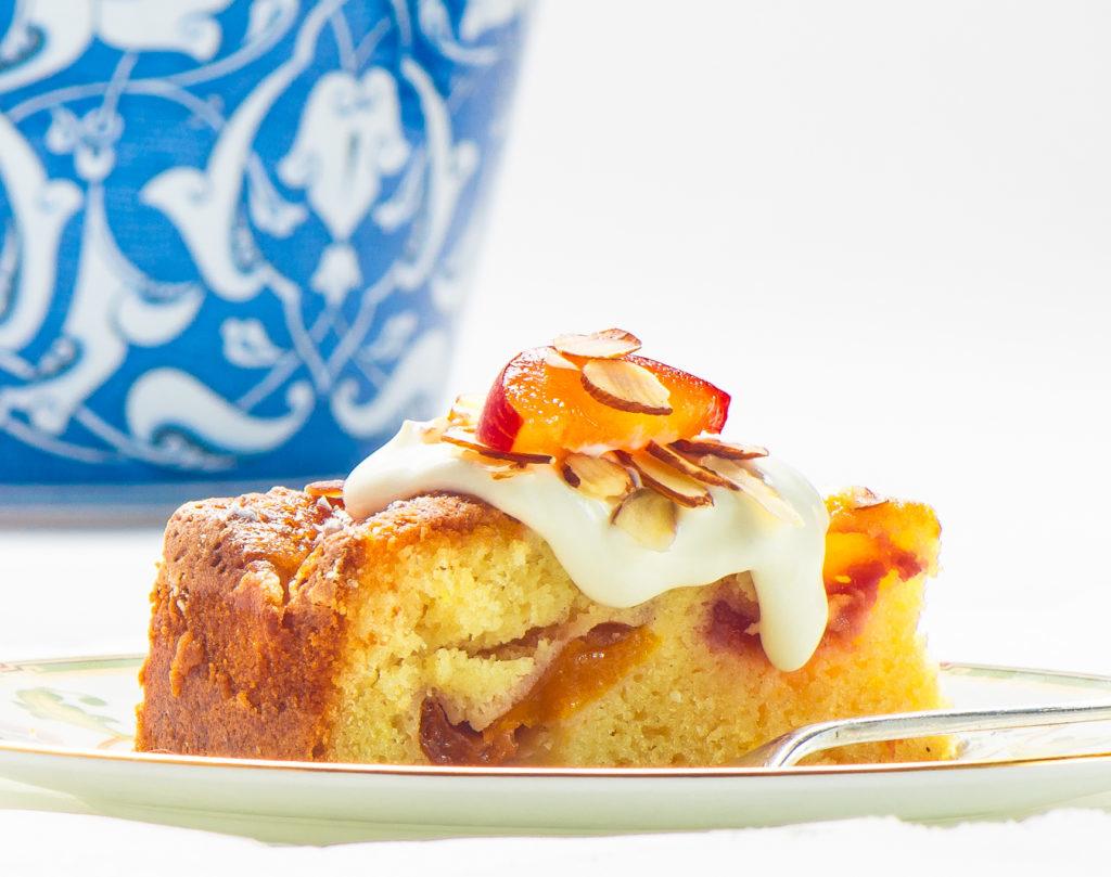 pečený koláč s meruňkami, trochou smetany a mandlemi