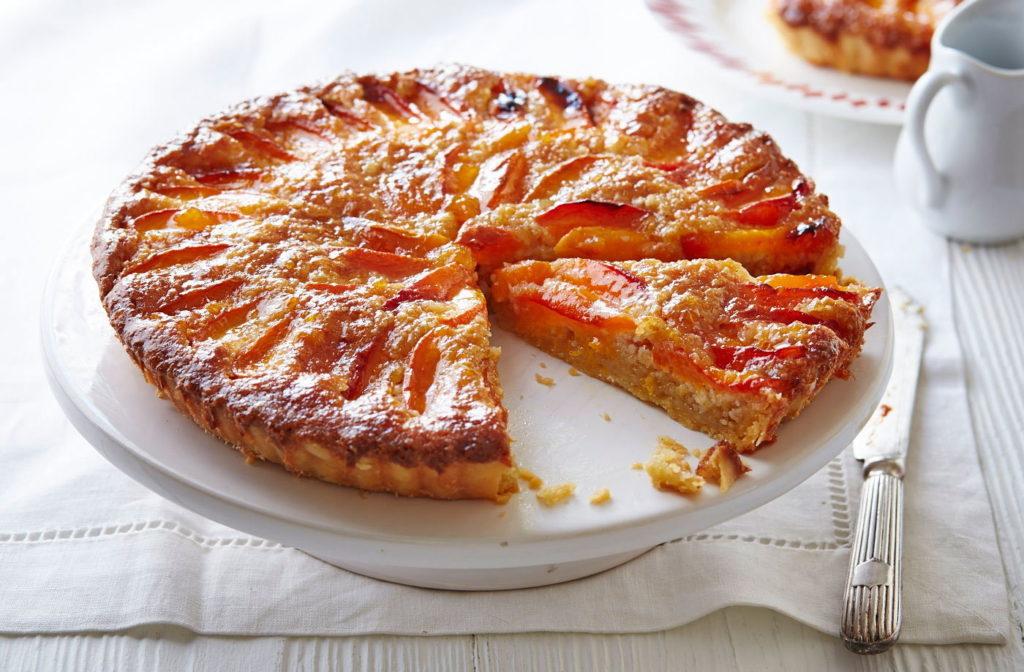 pečený koláč s meruňkami na povrchu