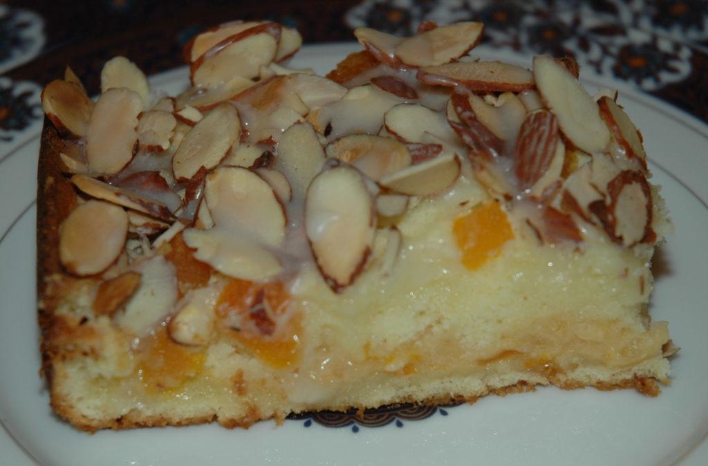 pečený koláč s meruňkami a s tvarohem posypaný sekanými mandlemi