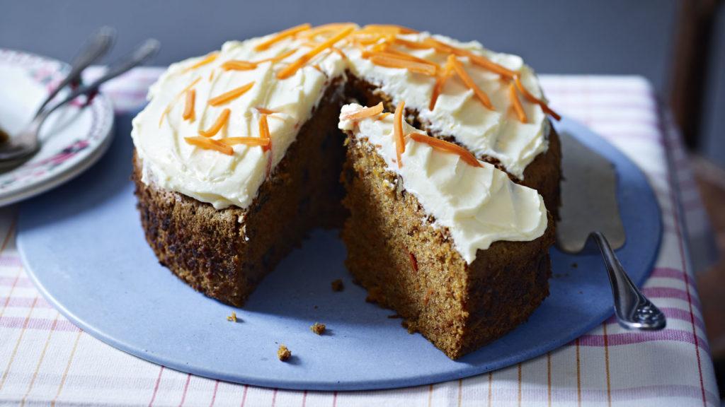 koláč z mrkve s bílou polevou a nastrouhanou mrkví