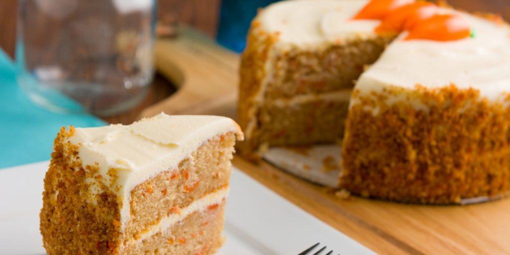 koláč z mrkve s bílou polevou a smetanovou náplní