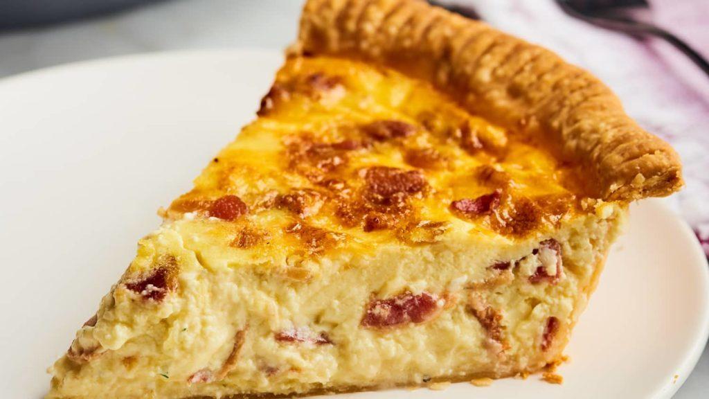 koláč s vaječnou náplní a kousky slaniny