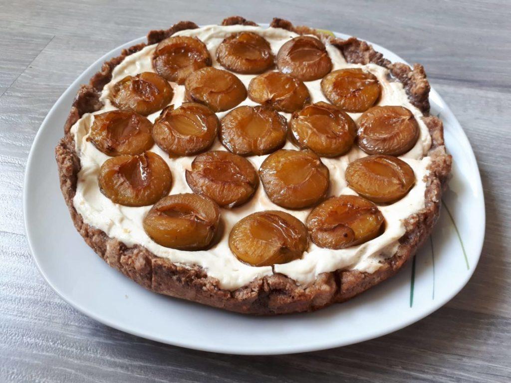 koláč pečený s tvarohovou náplní a pokladený švestkami
