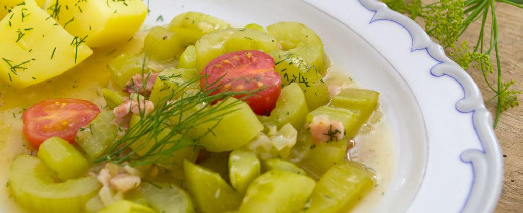 Omáčku s okurkou můžete podávat nazdobenou zeleninou.