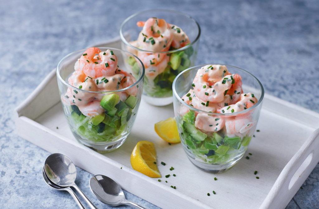 Krevetový koktejl nebo také salát jako lehký předkrm.