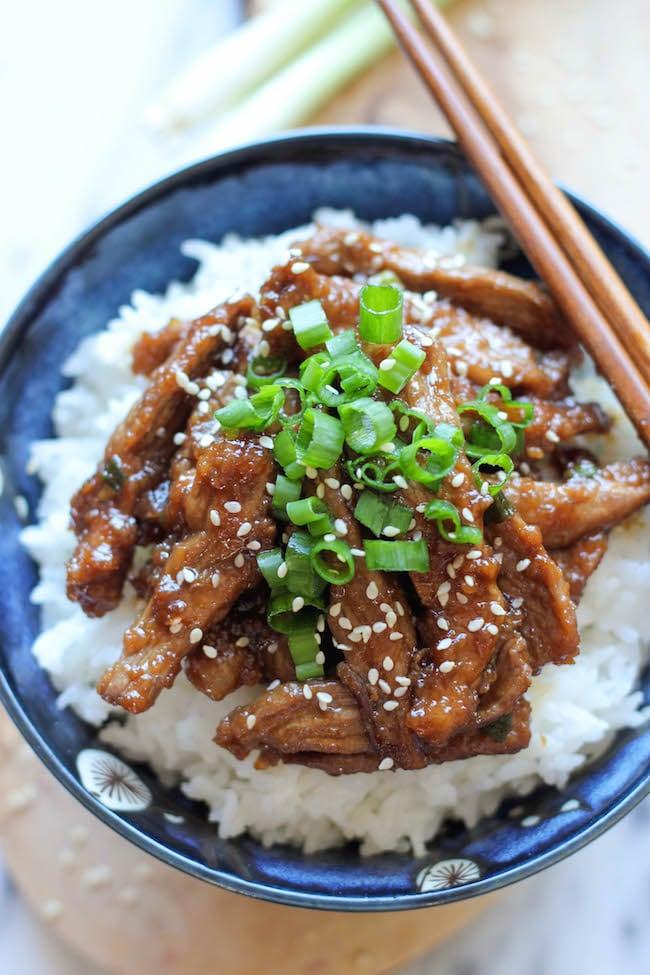 Vepřové nudličky s pikantní chutí na asijský způsob.