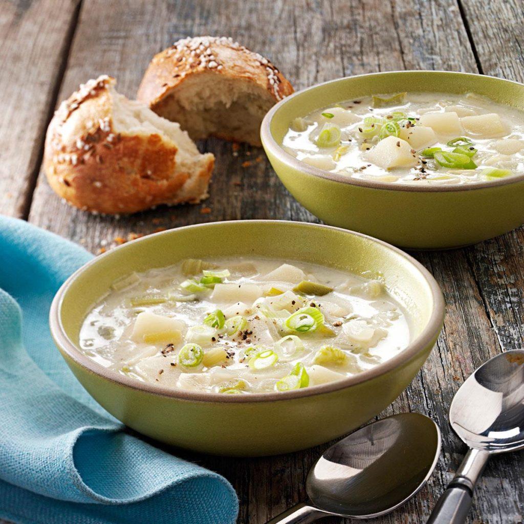 Bramborovo-pórková polévka je hustá a dobře zasytí.