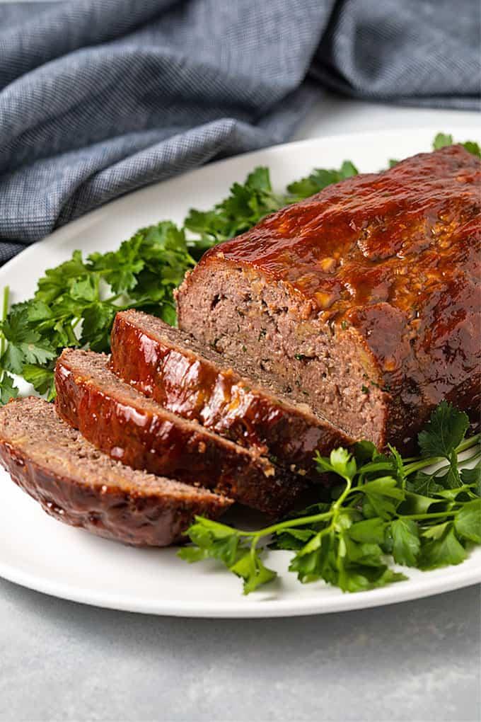 Domácí sekaná z čerstvě namletého masa je šťavnatá a výborná.