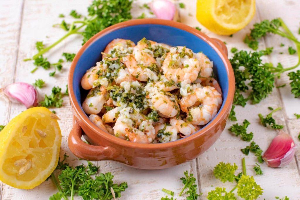 Svěží bylinkové krevety se hodí i do parných letních dnů.