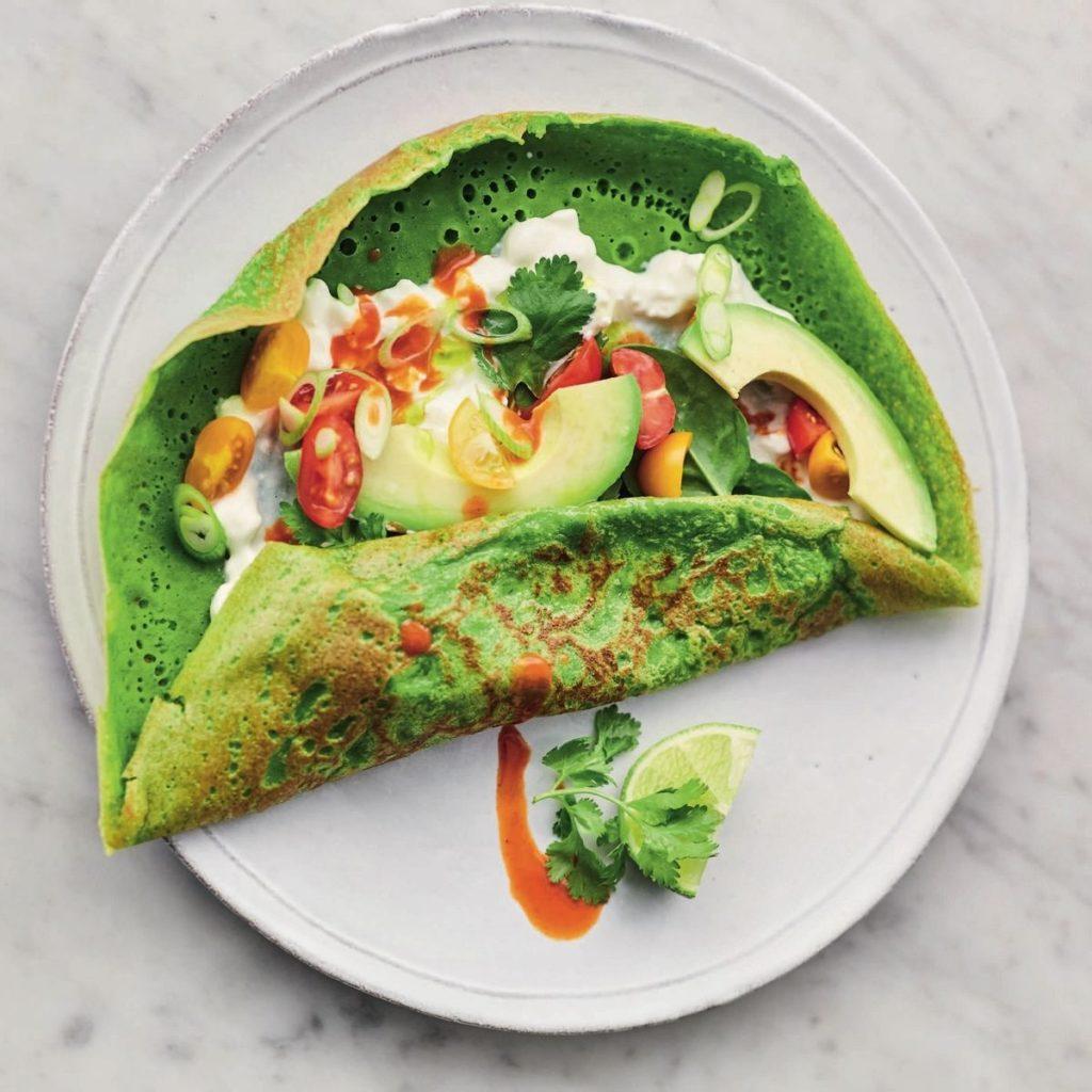 Palačinky ze špenátu s avokádem a cherry rajčátky jako skvělé jarní barevné jídlo.