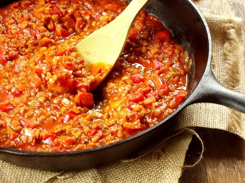 Recept na omáčku na těstoviny s rajčaty a čočkou.
