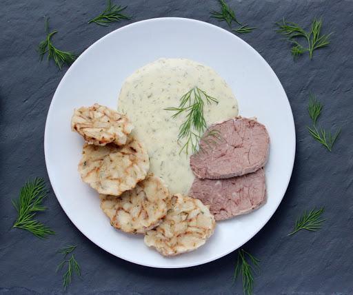 Koprovka s hovězím masem a karlovarským knedlíkem jako luxusní oběd.