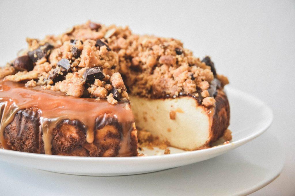 Pečený cheesecake s drobenkou nahoře.