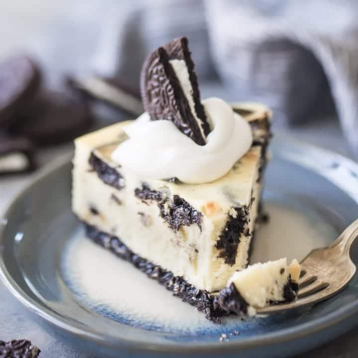 Recept na cheesecake s oblíbenými černými sušenkami Oreo.