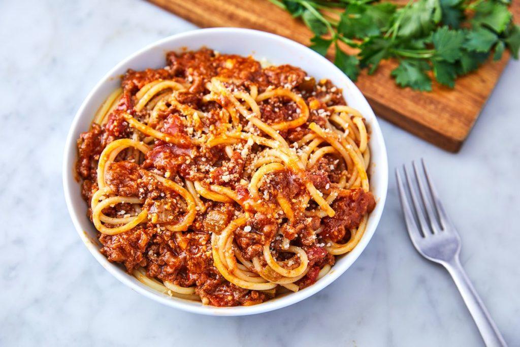 Pravá boloňská omáčka se musí vařit pomalu a dlouho.