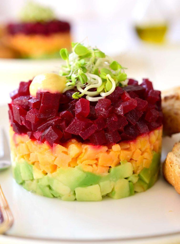 Tříbarevný zeleninový tataráček z avokáda, sladkých brambor a červené řepy.