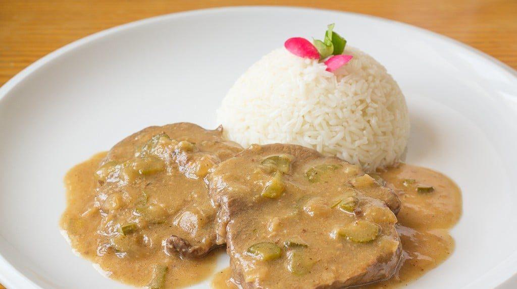 Znojemská pečeně z hovězího masa s omáčkou z okurek a rýže jako příloha.