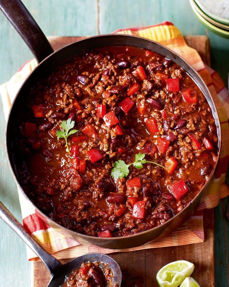Chili con carne v pánvi na prkýnku