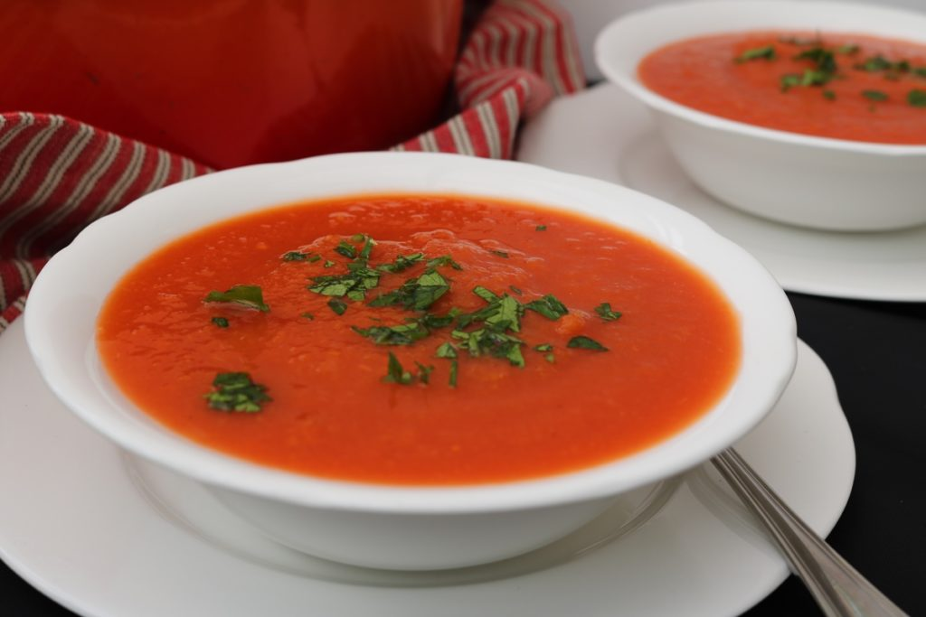 Rajská polévka s bazalkou v hlubokém talíři