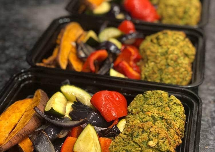falafelové placičky a pečená zelenina v plechu