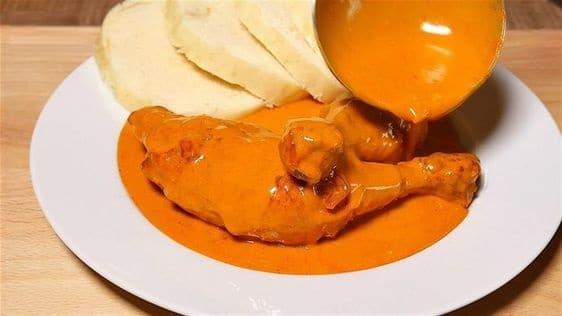 Kuře na paprice s knedlíky na talíři