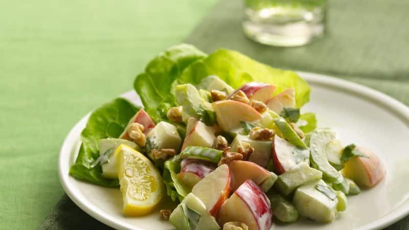 Salát z řapíkatého celeru a jablek na bílém talíři