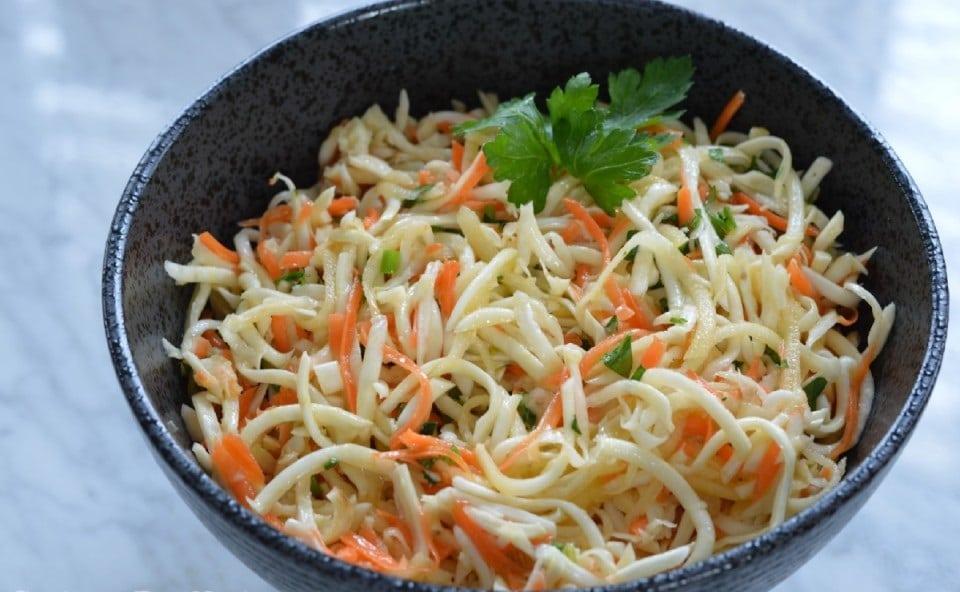 Celerový salát s mrkví ozdobený petrželkou v misce