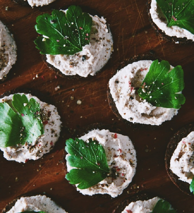 Chlebové jednohubky s grónskou pomazánkou
