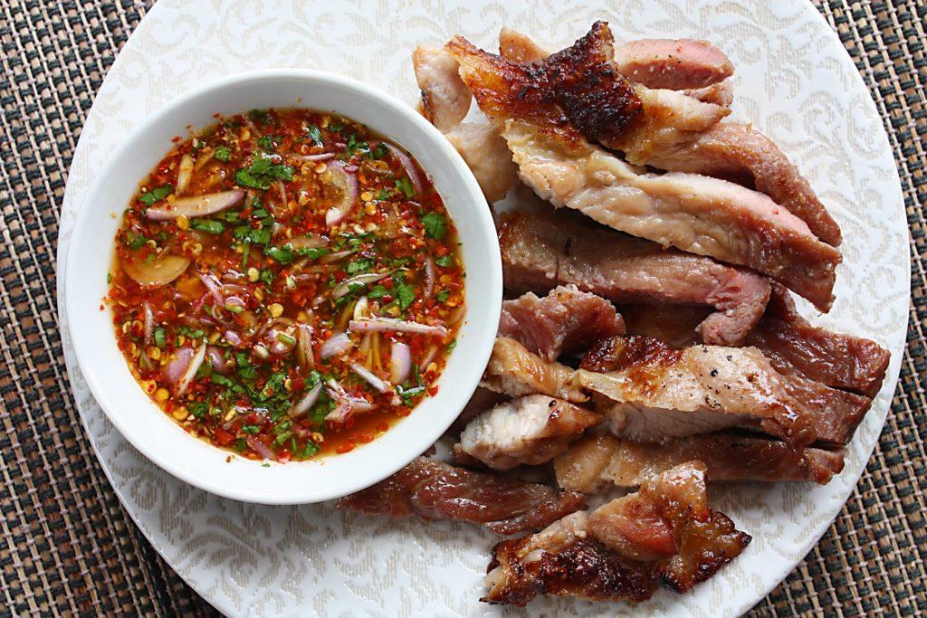 Plátky masa na tálíři s miskou asijského dipu