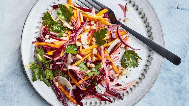 Proužky mrkve, červené řepy a celeru s petrželkou na talíři