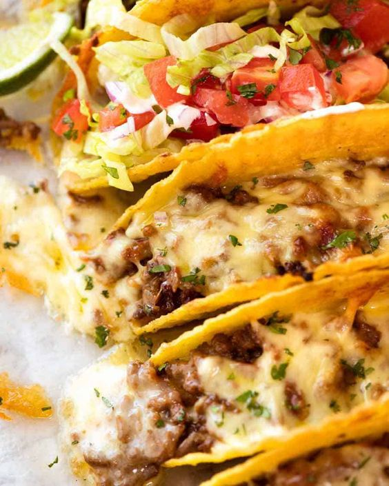 Tacos s hovezim masem posypané sýrem