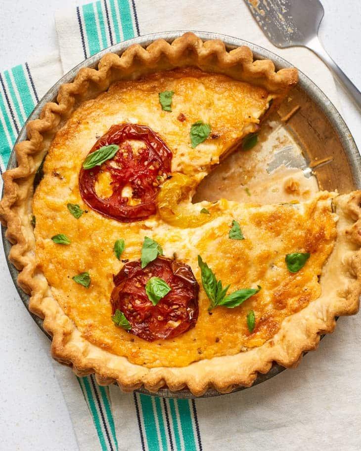 Koláč se sýrem a s rajčaty ve formě