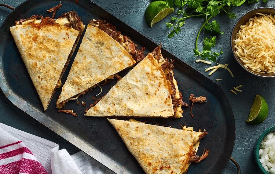 quesadilla s trhaným hovězím masem