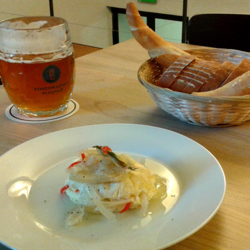Nakládaný sýr s cibulí a pivem