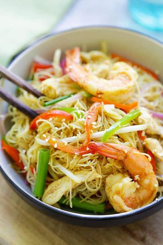 Rýžové nudle se zeleninou a krevetami